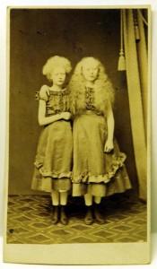 Albinos tvillingar, anonym fotograf (Hälsinglands museum)