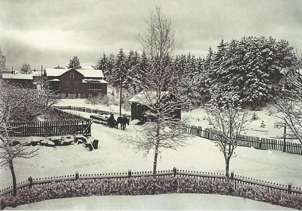 En annan bild på Carl Rudolphis gård, bild från en almanacka om Delsbo (Delsbo Hembygds- och Fornminnesförening, Sockenbilder Nr. KJR-013).