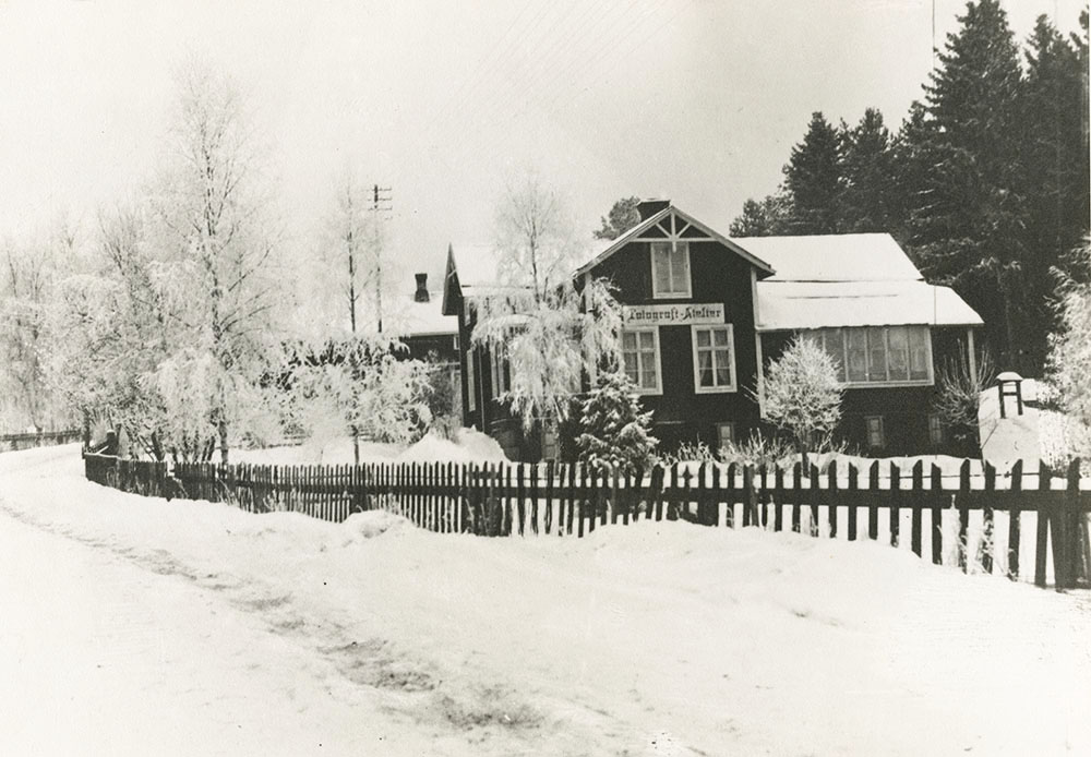 Carl Rudolphis gård och ateljé i Ede, Delsbo, okänt årtal (Delsbo Hembygds- och Fornminnesförening, Sockenbilder Nr. KJR-014).