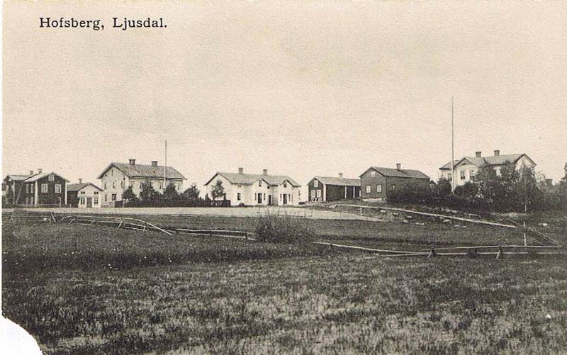 """Vykort """"Hofsberg, Ljusdal"""", gården Hofsberg Nr. 2 (Kolsvedjavägen 15) i mitten av bilden."""