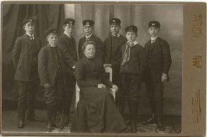 Fröken Anna Hellström med elever vid läroverket, kabinettkort (Hälsinglands museum).