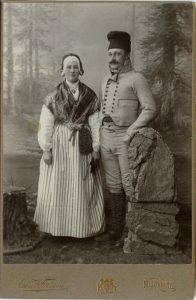 Ingenjör Anders Jonasson och hans syster Kristina i Forsadräkt, kabinettkort ca. 1907 (Hälsinglands museum).
