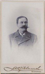 J.O. Wiklund visitkort Hudiksvall, fram (P314_0002F).
