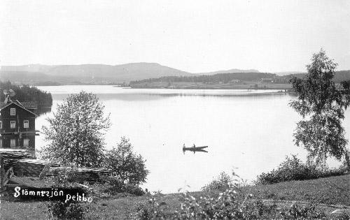 """Vykort """"Stömnesjön"""", foto: Carl Rudolphi (Delsbo Hembygds- och Fornminnesförening, Sockenbilder Nr. NEO-135)."""