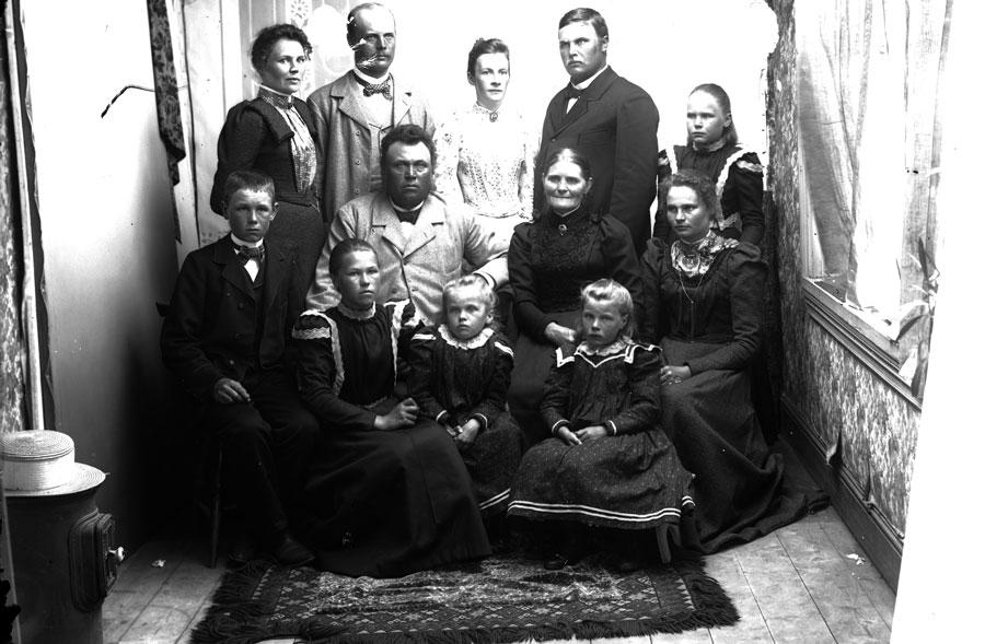 Gruppbild från vad som troligtvis är Lars Perssons ateljé (Bild: Färila Hembygdsförening).