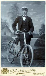 Porträtt 3 på Richard Johansson med cykel, foto: P. J. Pettersson (farfarsarv.blogg.se).