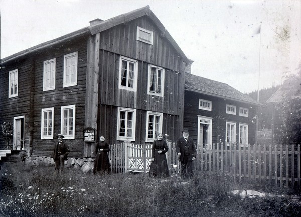 """Gården """"Norbergs"""" på Oxåsen där Rickard Johansson bodde och hade sin ateljé, ca. 1903, foto: Rickard Johansson (farfarsarv.blogg.se)."""