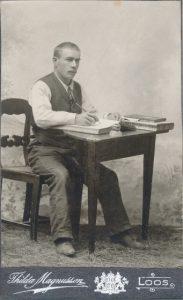 Porträtt på Per Jonsson Berg arbetandes med bokföring, ca. 1904/05, foto: Thilda Magnusson (Porträttfynd Nr. 201866).