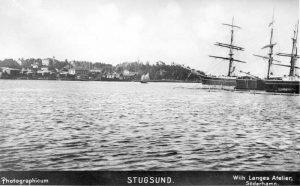 """""""Stugsund"""" (bärgningsångaren POSEIDON, byggd 1872, vid kajen), """"Photographicum"""", Wilh. Langes Atelier, Söderhamn, Söderhamns Kust och Skärgårdsförening (DiBiS XBS00055)."""