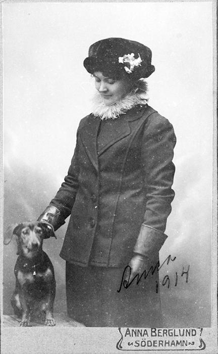 Porträtt av Anna Berglund, eventuellt ett självporträtt, 1914 (Söderhamns Kameraklubb).