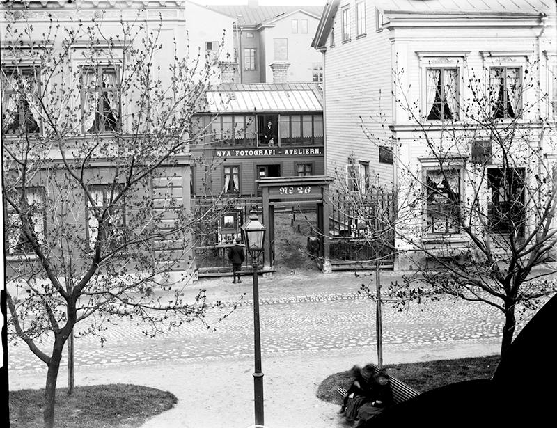 Hjalmar Jansson och Carl Larssons gemensamma fotoateljé på Nygatan 26, 1890-talet (Länsmuseet Gävleborg, DigitaltMuseum, XLM.CL000778).
