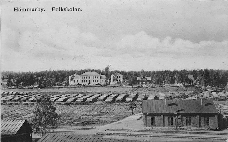 """Vykort """"Hammarby. Folkskolan"""", förlag A. V. Ljunggren, poststämplat 1908?"""