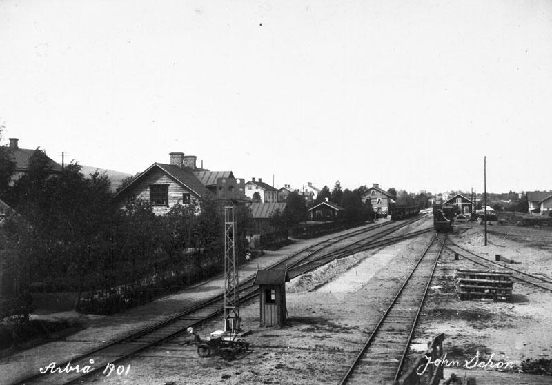Arbrå station, foto: John Schön, 1901, Järnvägsmuseet, DigitaltMuseum Nr. JvmKBEA00035.