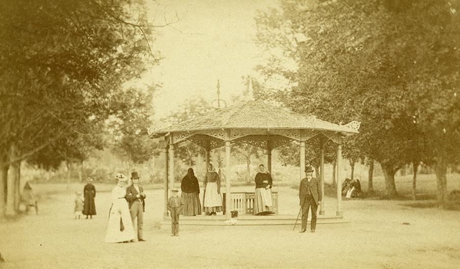 """""""Johannisdal, år 1875"""", foto: E. Dahlberg, Köpings museum, DigitaltMuseum Nr. KM-00086-0462."""